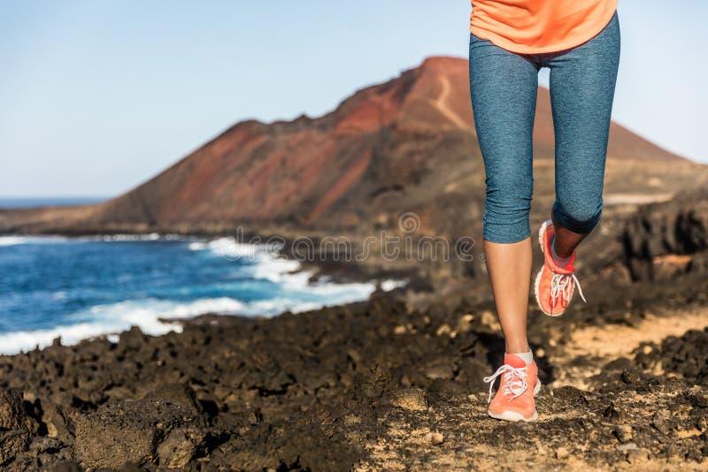 Schleppen Sie laufende Athletenfrauenläuferbeine und -schuhe stockbilder