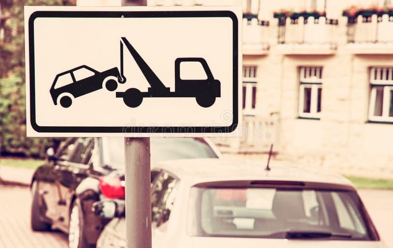 Schleppen Sie wegzeichen, Parkverbotplatz, roter Filter lizenzfreies stockfoto
