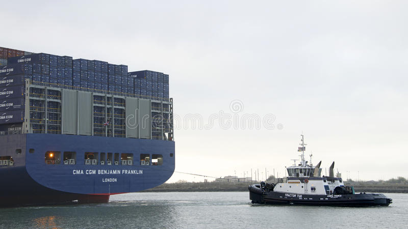 Schlepper AHBRA Megaship CMA CGM BENJAMIN FRANKLIN FREI ziehend stockfotos