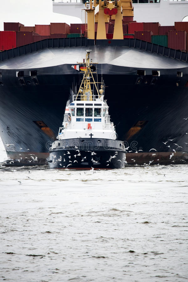 Schlepper, der Frachter zieht stockbild