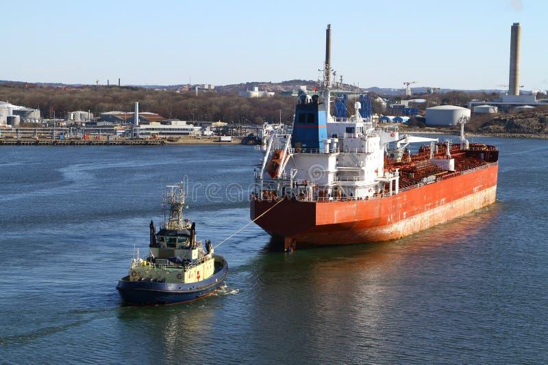 Schlepper mit Frachtschiff stockfotos