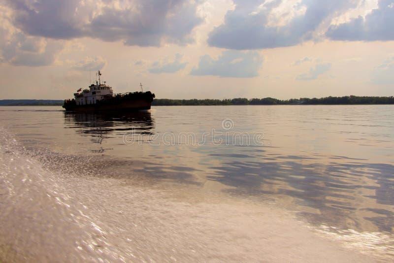 Schlepper oder altes Schiff stockbild