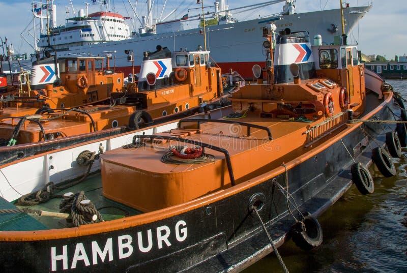 Schlepper traktorfartyg i den Hamburg hamnen arkivfoton