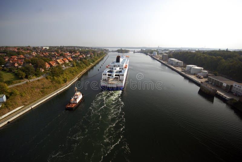 Schlepper und Kreuzschiff lizenzfreies stockbild