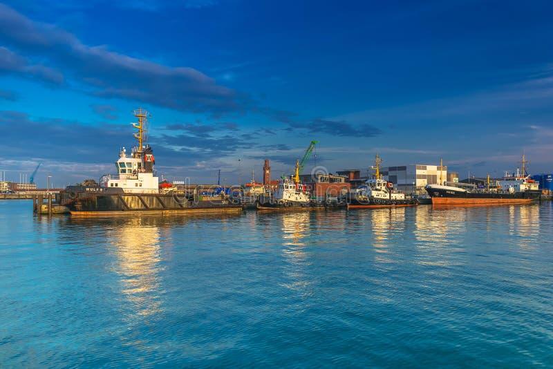 Schlepper und Schiffe am deutschen Hafen von Cuxhaven lizenzfreies stockbild
