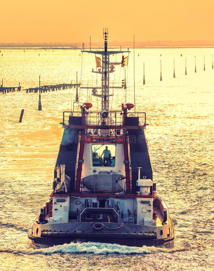 Schlepperboot im Hafen lizenzfreie stockbilder