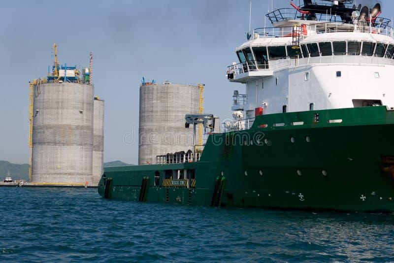 Schlepperschleppen-Unterseiten-OffshoreBohrinsel lizenzfreie stockfotografie