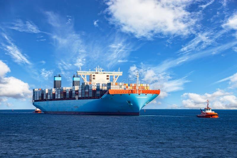 Schlepperschleppencontainerschiff lizenzfreies stockbild