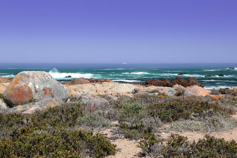 Schleppnetzfischer auf dem Horizont auf dem Atlantik lizenzfreies stockbild