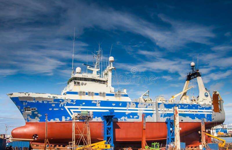 Schleppnetzfischer im Dock in Reykjavik. lizenzfreies stockbild