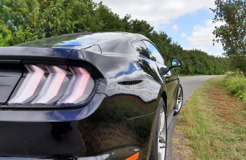 Schleswig-Holstein, Deutschland - 17. Juli 2019: Des Sportautos Ford Mustangs 2018 Ansicht sonniger Tages lizenzfreie stockfotografie