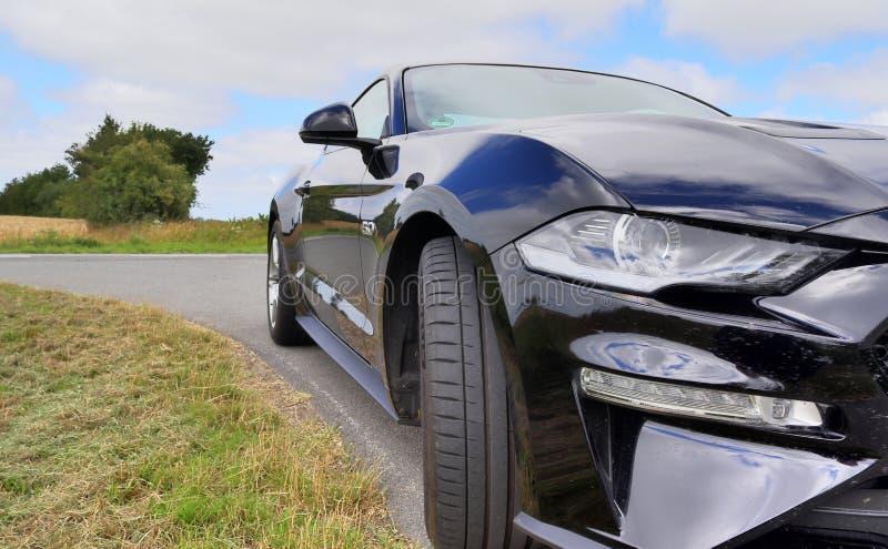 Schleswig-Holstein, Deutschland - 17. Juli 2019: Des Sportautos Ford Mustangs 2018 Ansicht sonniger Tages lizenzfreies stockbild