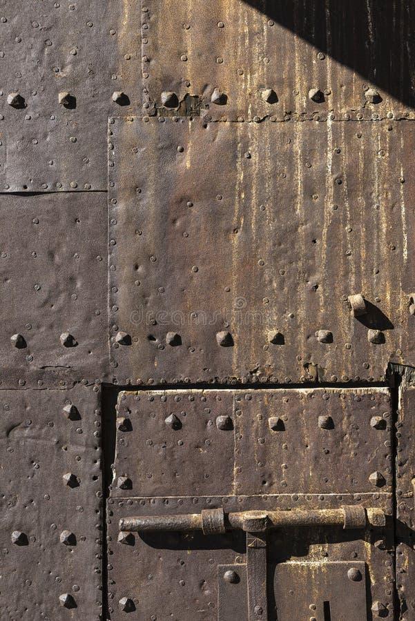 Schließen Sie auf rostige Tür des alten Eisens eines mittelalterlichen Schlosses zu lizenzfreie stockfotos
