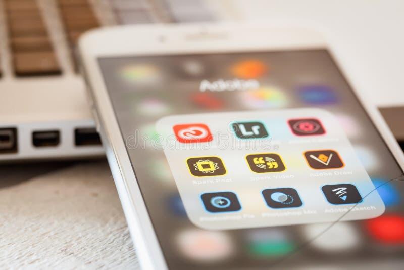 Schließen Sie bis zu kreativen Wolke Adobes apps auf iPhone 7 Schirm stockfotografie