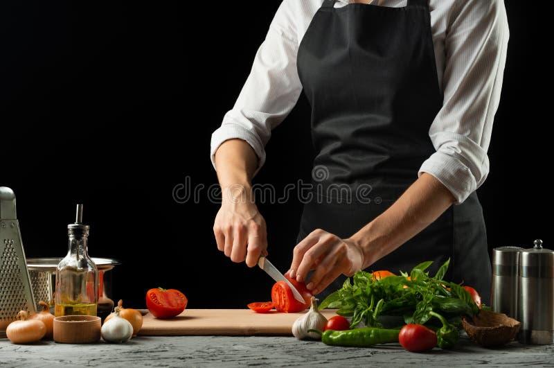 Schließen Sie das chef& x27; s-Hände, eine italienische Tomatensauce für Makkaroni zubereitend Pizza Das Konzept des italienische stockbilder