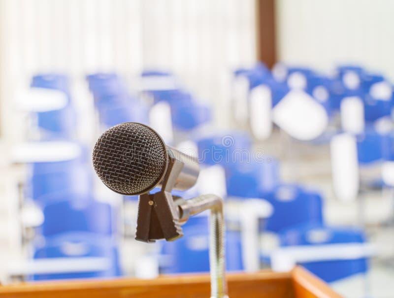 Schließen Sie das Mikrofon drahtlos schwarz auf Stand im Seminarraum im Klassensitzungsraum. stockfotografie