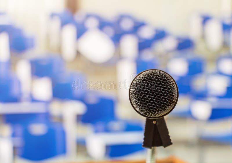Schließen Sie das Mikrofon drahtlos schwarz auf Stand im Seminarraum im Klassensitzungsraum. lizenzfreie stockbilder