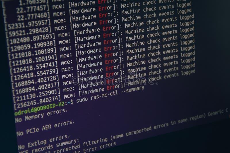 Schließen Sie den HTML-Code von cc auf dem Bildschirm mit schwarzem Hintergrund. stockfoto