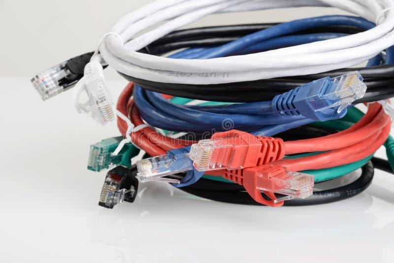 Schließen Sie den Stapel von Netzwerkkabeln stockfotografie