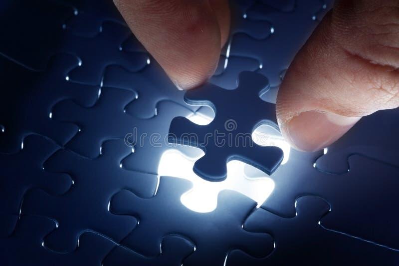 Schließen Sie fehlendes Puzzlen ab stockbilder