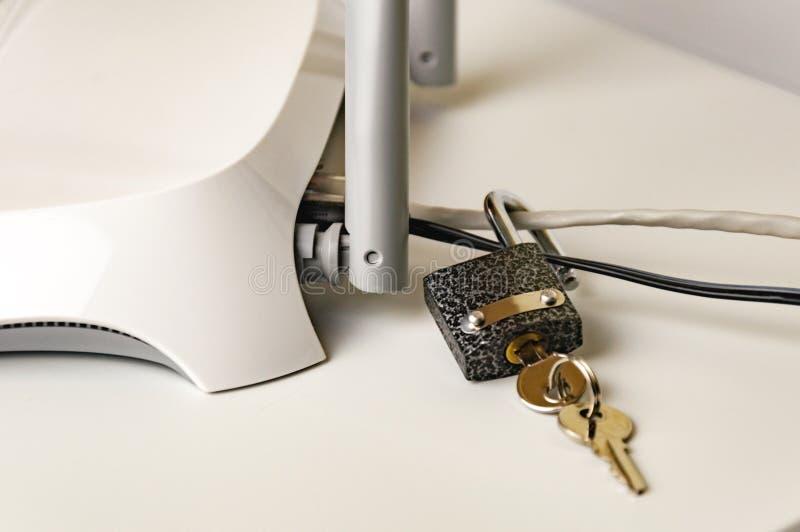 Schließen Sie freisetzen Sicherheit zu Den Internetanschluss durch einen Wi-Firouter zu schützen ist ein Konzept eines Sicherheit lizenzfreies stockfoto