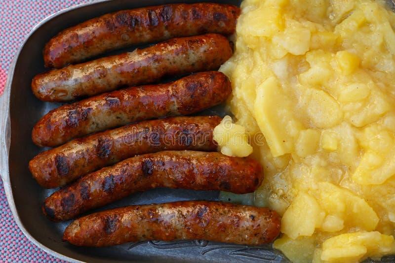 Schließen Sie gegrillte Nürnberg-Würste mit Kartoffel stockfotografie