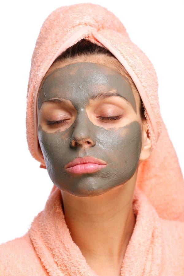Schließen Sie Gesicht der jungen Frau mit einer Schlammschablone auf ihr. lizenzfreies stockfoto