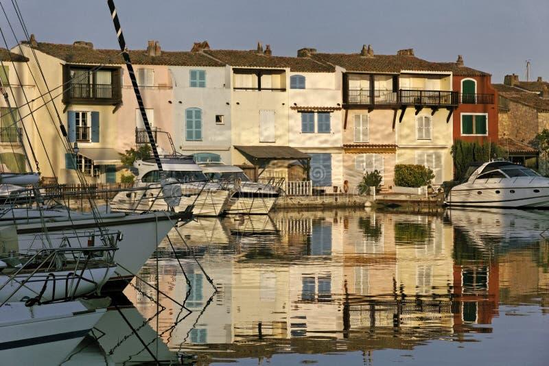 Schließen Sie Grimaud, Wasserreflexion, Cote d'Azur, Südfrankreich an den Port an lizenzfreie stockfotografie