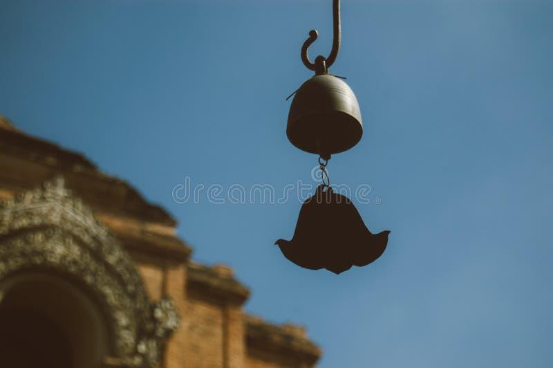 Schließen Sie herauf alte Windglockenspiele Bell klirrend thailändische Art stockbilder