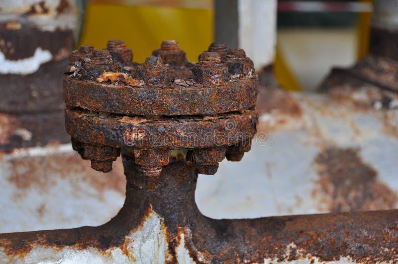 Schließen Sie herauf alten Flansch in der Öl- und Gasindustrie Ausrüstung im Produktionsverfahren Staub auf Ausrüstung oder Flans lizenzfreie stockbilder