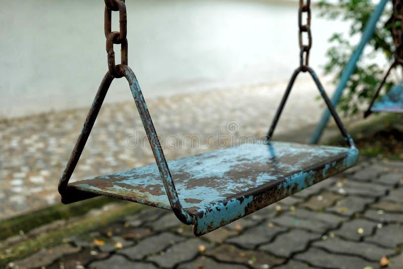 Schließen Sie herauf altes Metallschwingen im Park lizenzfreies stockfoto