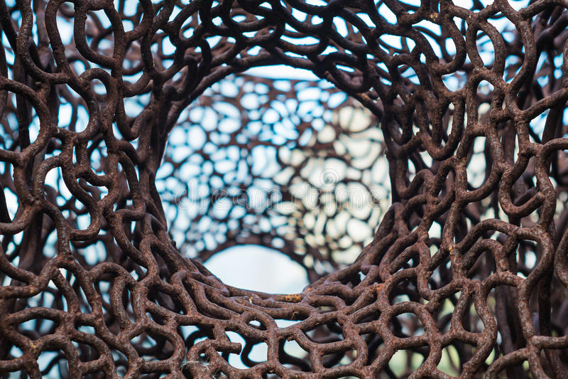 Schließen Sie herauf altes rostiges Eisennetz mit Unschärfehintergrund stockfotografie