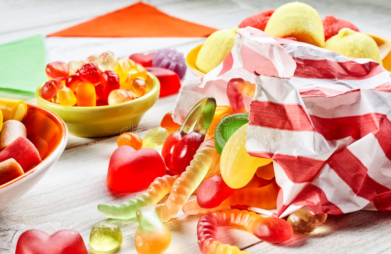 Schließen Sie herauf Ansicht der abgestreiften Tasche, die mit Süßigkeit gefüllt wird stockfotografie