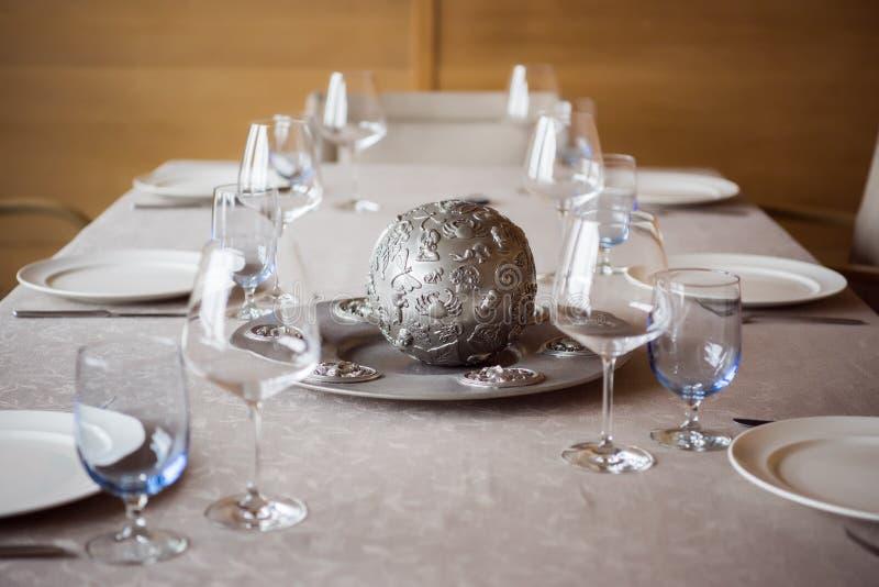schließen Sie herauf Ansicht der Anordnung für Tischbesteck, Dekorationen und leere Weingläser auf Tabelle stockfoto
