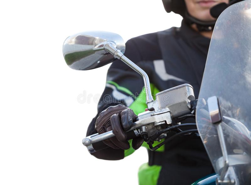 Schließen Sie herauf Ansicht der Front des Motorrades mit dem Reiter, der Griff des Rades mit Lederhandschuhen, lokalisierter wei stockfoto