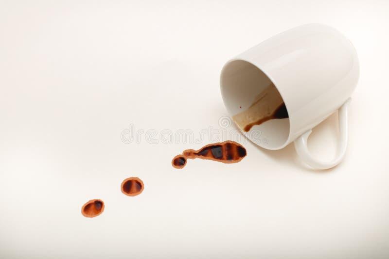Schließen Sie herauf Ansicht der leeren Kaffeetasse mit nassen Kaffeetropfen auf Weiß stockfotografie