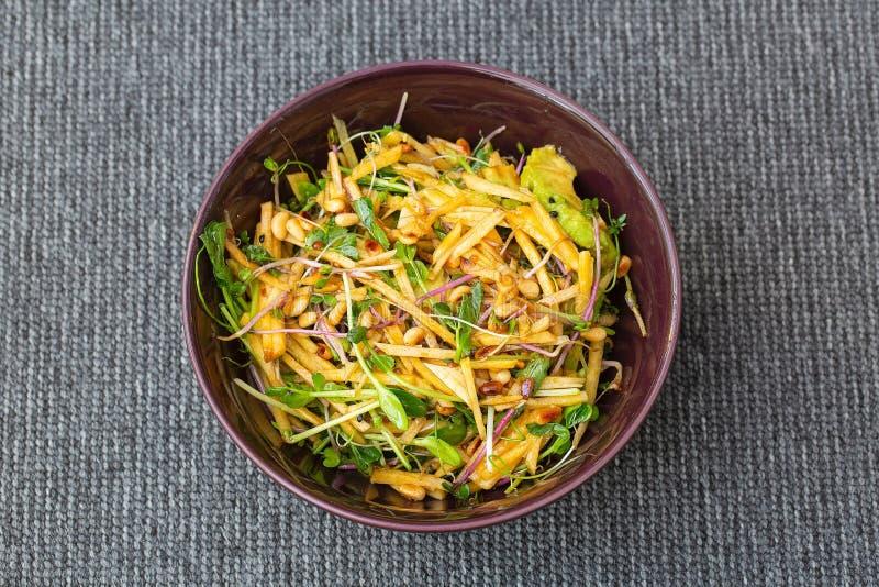 Schließen Sie herauf Ansicht der Schüssel mit gesundem Salat von populären Sprösslingen, Avocado, Kiefernsamen, Rübe Gesundes Nah stockbild