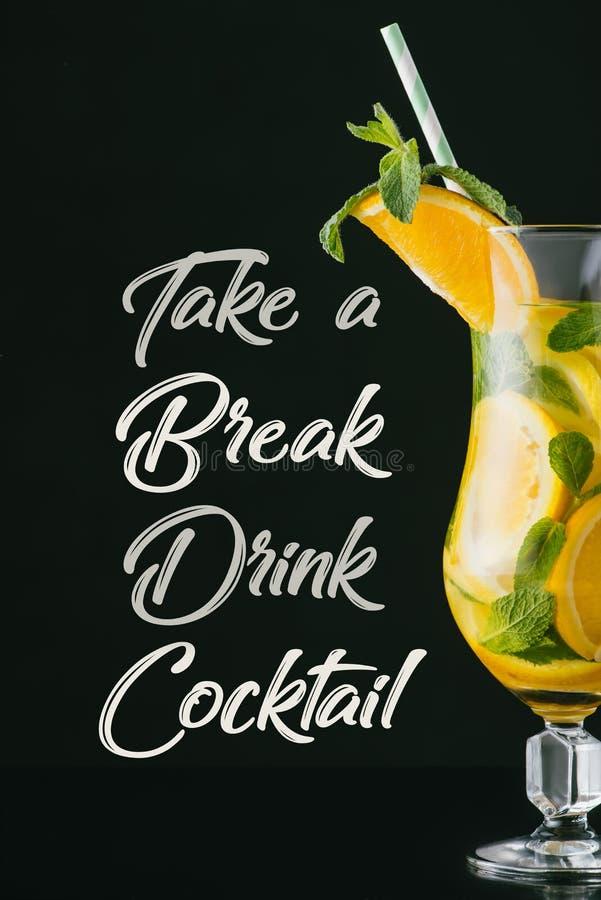 schließen Sie herauf Ansicht des frischen Cocktails des Sommers mit Minze, Zitrone und orange Stücke, nehmen eine Bruchgetränk-Co lizenzfreies stockfoto
