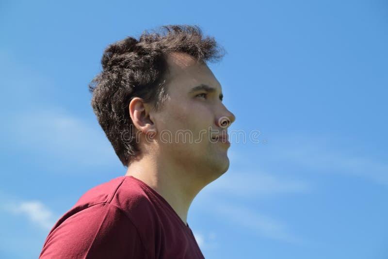 Schließen Sie herauf Ansicht des jungen gutaussehenden Mannes am Hintergrund stockfotos