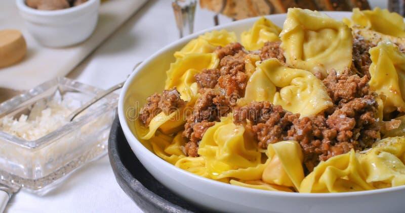 Schließen Sie herauf Ansicht des köstlichen Tortellini Soßenteigwaren in den von Bolognese lizenzfreies stockbild