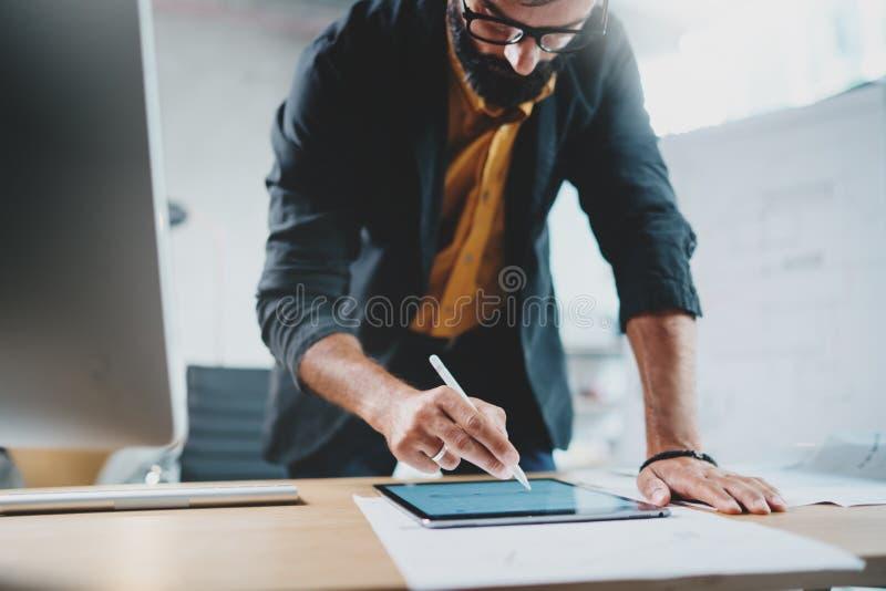 Schließen Sie herauf Ansicht des Mannes in der formellen Kleidung, die mit tragbarem Tablet-Computer und digitalen Plänen der Zei stockfotografie