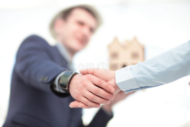 Schließen Sie herauf Ansicht des Personengesellschaftshändedruckkonzeptes Foto des Händeschüttelnprozesses mit zwei Geschäftsmänn stockfoto