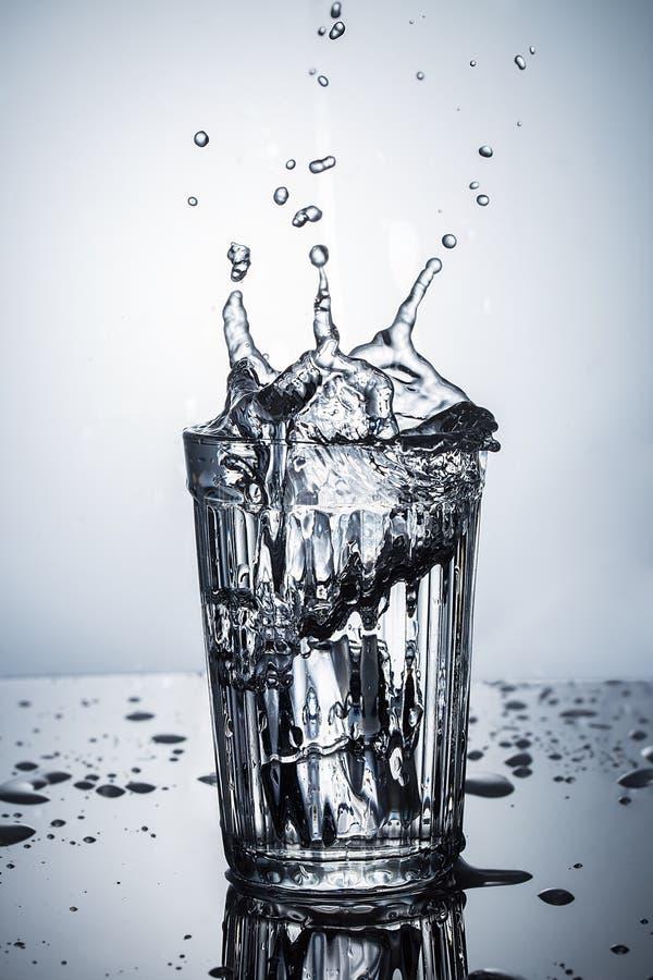 Schließen Sie herauf Ansicht des Wasserspritzens in facettiertem Glas lizenzfreies stockbild