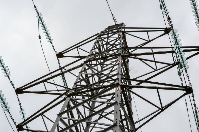 Schließen Sie herauf Ansicht eines Strom-Masts lizenzfreie stockfotografie