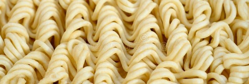 Schließen Sie herauf Ansicht von gelben trockenen sofortigen Nudeln Chinesisches traditionelles lizenzfreie stockfotos