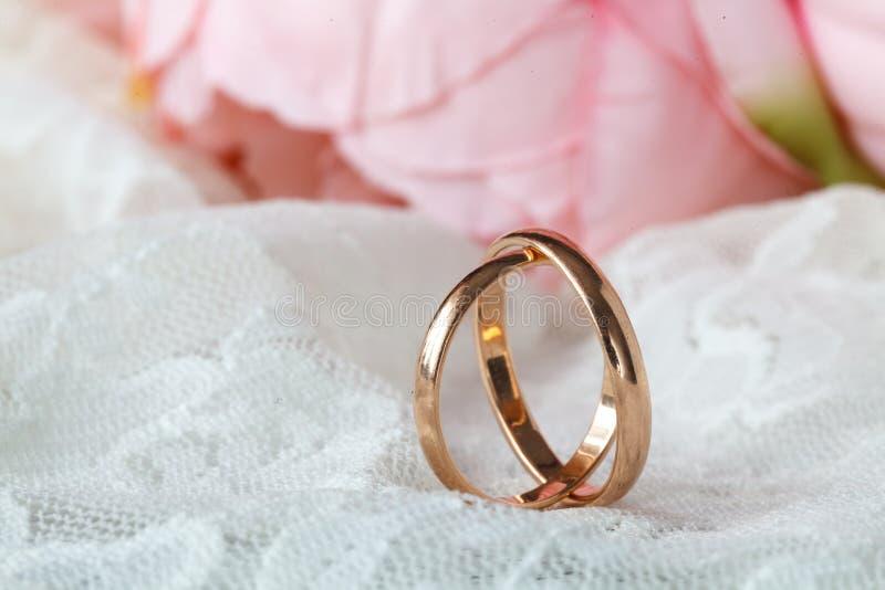 Schließen Sie herauf Ansicht von goldenen Eheringen der Paare lizenzfreies stockfoto