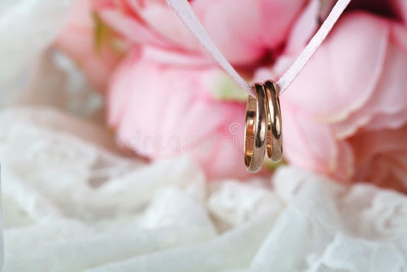 Schließen Sie herauf Ansicht von goldenen Eheringen der Paare stockfotos