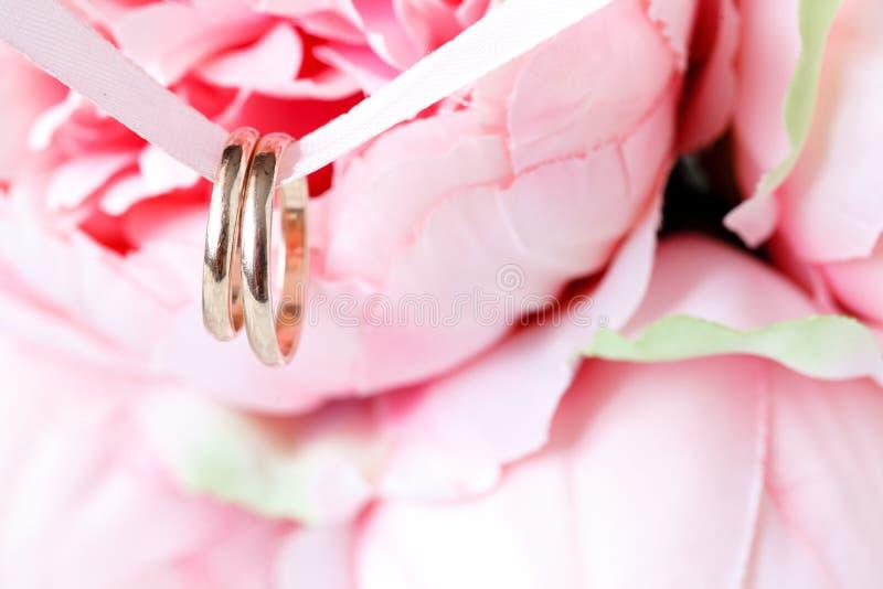 Schließen Sie herauf Ansicht von goldenen Eheringen der Paare lizenzfreie stockfotos