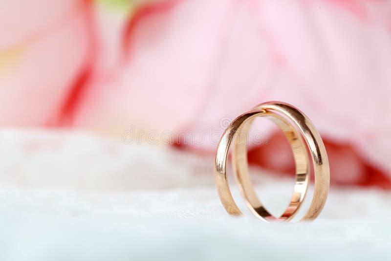 Schließen Sie herauf Ansicht von goldenen Eheringen der Paare stockfoto