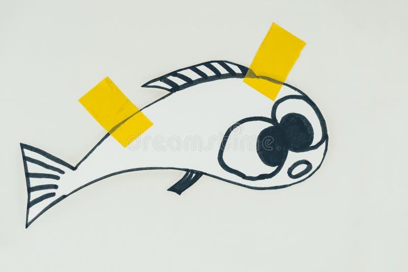 schließen Sie herauf Ansicht von Hand gezeichneten Fischen mit den Klebebänden, die auf Grau, Aprilscherztagesfeiertagskonzept lo lizenzfreie stockfotografie